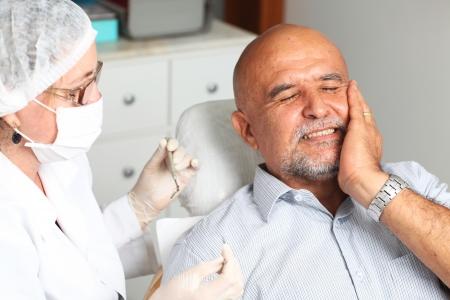 boca abierta: Hombre mayor con dolor de muelas en el dentista