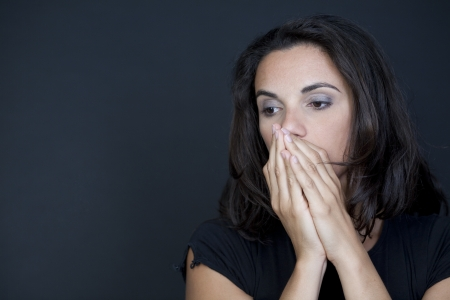mujer decepcionada: Mujer desesperada sobre fondo negro