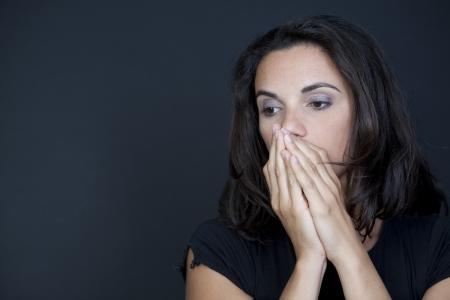 wanhopig: Vrouw wanhopig op zwarte achtergrond