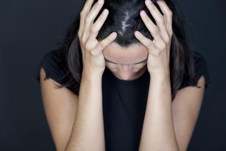 fille pleure: femme triste