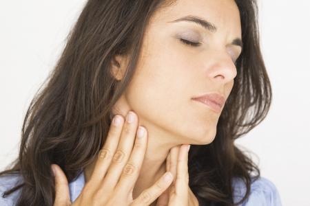 아픈: 목의 통증으로 고통받는 아름다운 여자
