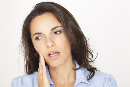 dolor de muelas: Hermosa mujer que tiene dolor de muelas