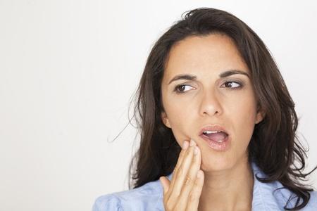 facial gestures: Hermosa mujer que tiene dolor de muelas
