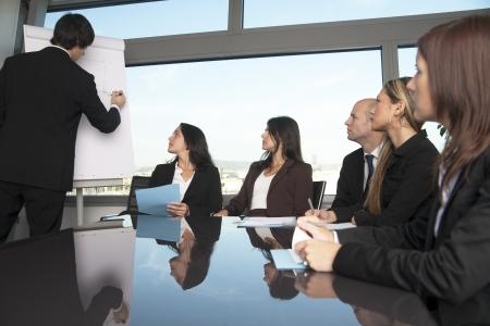 sala de reuniones: sala de juntas de presentación en una oficina agradable con vista panorámica - a seis personas