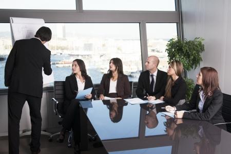 formacion empresarial: Grupo de trabajadores de oficina en una presentaci�n sala de juntas Foto de archivo