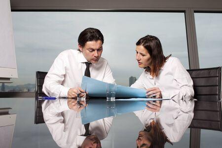 Overleg met mannelijke financieel adviseur in een mooi kantoor Stockfoto