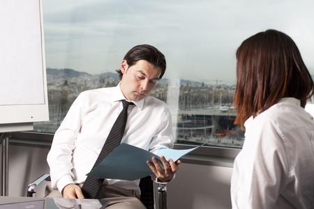 cv: Reclutador de control de la CV durante la entrevista de trabajo