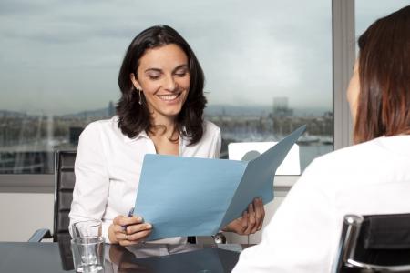 abastecimiento: Agente de seguros con el cliente en una oficina agradable