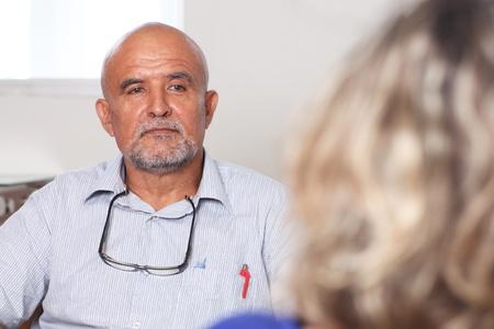 terapia psicologica: Hombre latino en psicoanálisis