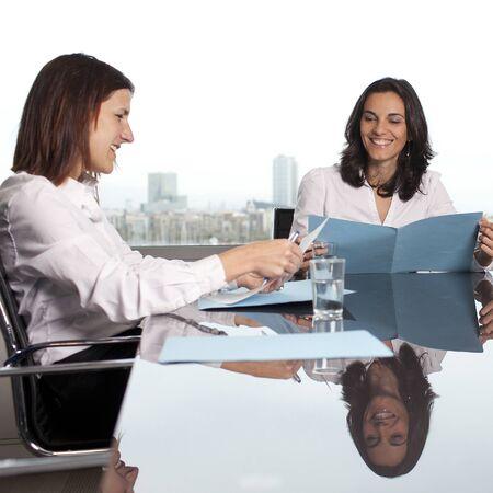 Recruteur vérifier le candidat pendant l'entrevue d'emploi