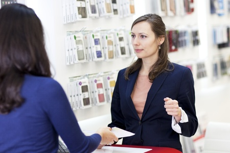 assistent: Woman buying a smartphone