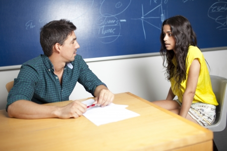 profesor alumno: Estudiante femenino durante un examen oral, Foto de archivo