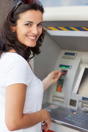 Femme à l'ATM Banque d'images