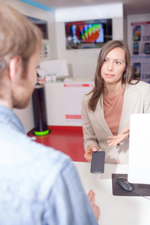 Vrouw de verkoop van een mobiele telefoon