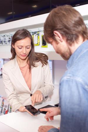 Femme vendant un téléphone cellulaire