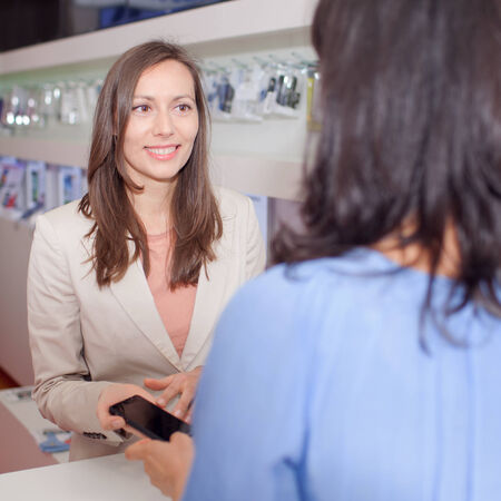 assistent: Woman selling a cell phone