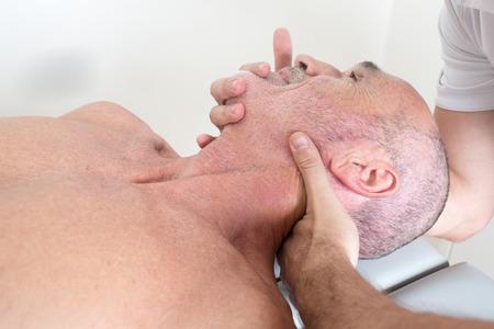 spinal manipulation: manipolazione chiropratica