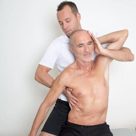 spinal manipulation: Manipolazione spinale