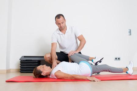 fisioterapia: ejercicios de estiramiento con el entrenador
