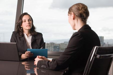 D'affaires assis dans le bureau d'évaluer la performance d'un travailleur