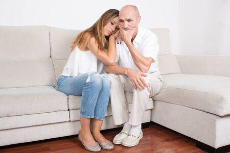 padre e hija: Hija conforta a su padre