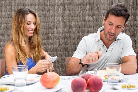 hombre comiendo: Texto de la mujer mientras que el hombre de comer