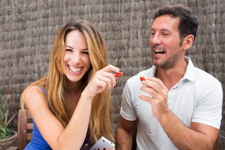 Couple heureux de manger des fraises Banque d'images