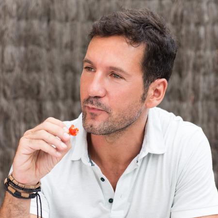 hombre comiendo: el hombre come la fresa roja