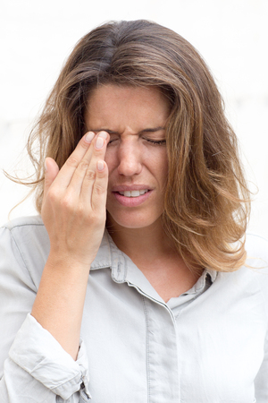 alergy: Woman with eye pain