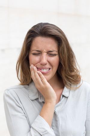 dolor de muela: mujer que tiene dolor de muelas