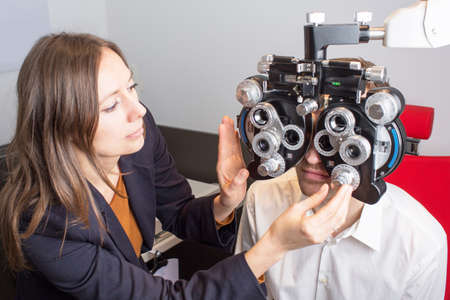 dispense: woman preparing an eye exam Stock Photo