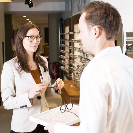 assistent: Woman chooses glasses