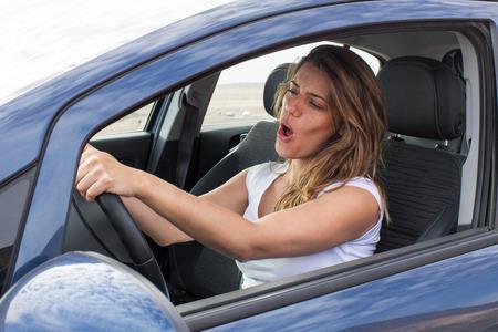 Aantrekkelijke vrouw in de auto zingen