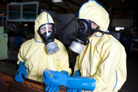 desechos toxicos: Los expertos que analizan el material infestado con protección de la cama