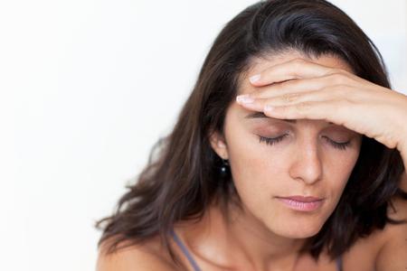 hispanic woman with headache Imagens