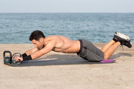 海の側でホイール トレーニングします。