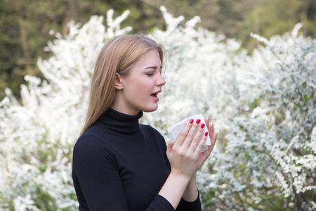 Vrouw reageert met stuifmeel op hooikoorts