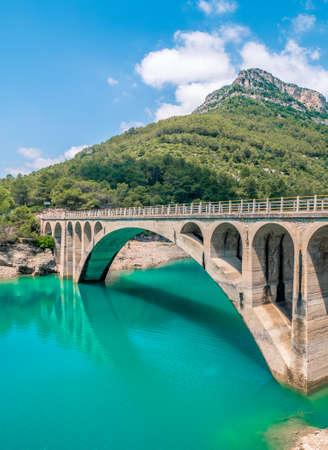 Bridge over the Ulldecona reservoir dam in Castellon of Spain Zdjęcie Seryjne - 92208734