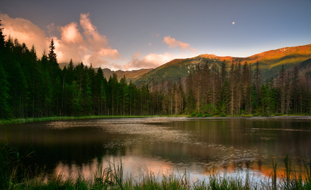Sunrise in Tatra mountain at Smreczynski Pond. Tatra National Park 版權商用圖片