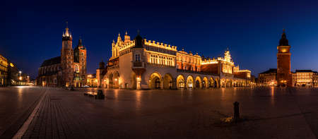 Empty Cracow Main Square at the night. Poland - Krakow, Krakow. Mariacki Church and Sukiennice - Panoramic view 版權商用圖片