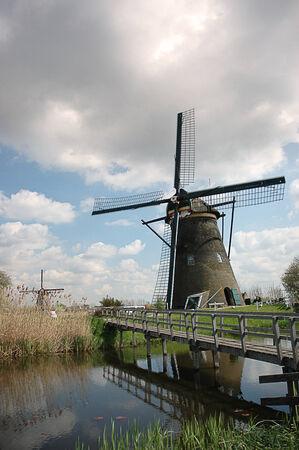 zaan: Bridge and typical windmill in Kinderdijk, near Rotterdam