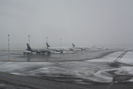 Vilnius, Lithuania - november 22, 2014: first snow on Vilnius Airport 新聞圖片