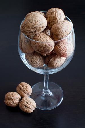 bondad: Frutos secos en el vaso de vidrio: la bondad de los frutos secos Foto de archivo