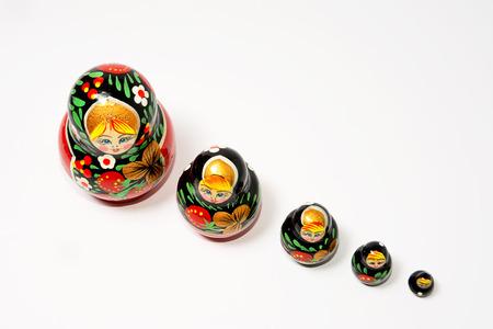 muñecas rusas: conjunto de muñecas rusas sobre un fondo blanco