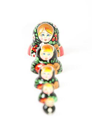 muñecas rusas: conjunto de media muñecas rusas sobre un fondo blanco