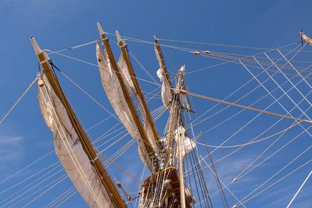 Mât de bateau de voile dans le ciel bleu Banque d'images