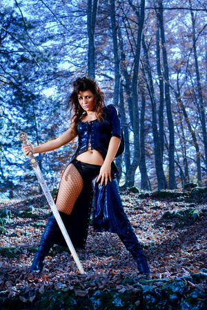 Donna con vestito sexy di fantasia e la spada