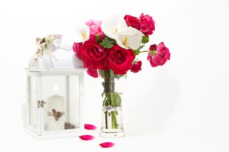 Lanterna e fiori (calle e rose bianche) stili