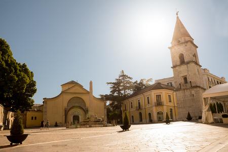 산타 소피아 교회와 Benevento (이탈리아)에서 푸른 하늘이 벨 타워 stock photography 스톡 콘텐츠