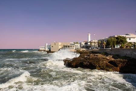 不安定な海とトッレ カンネの水辺の岩